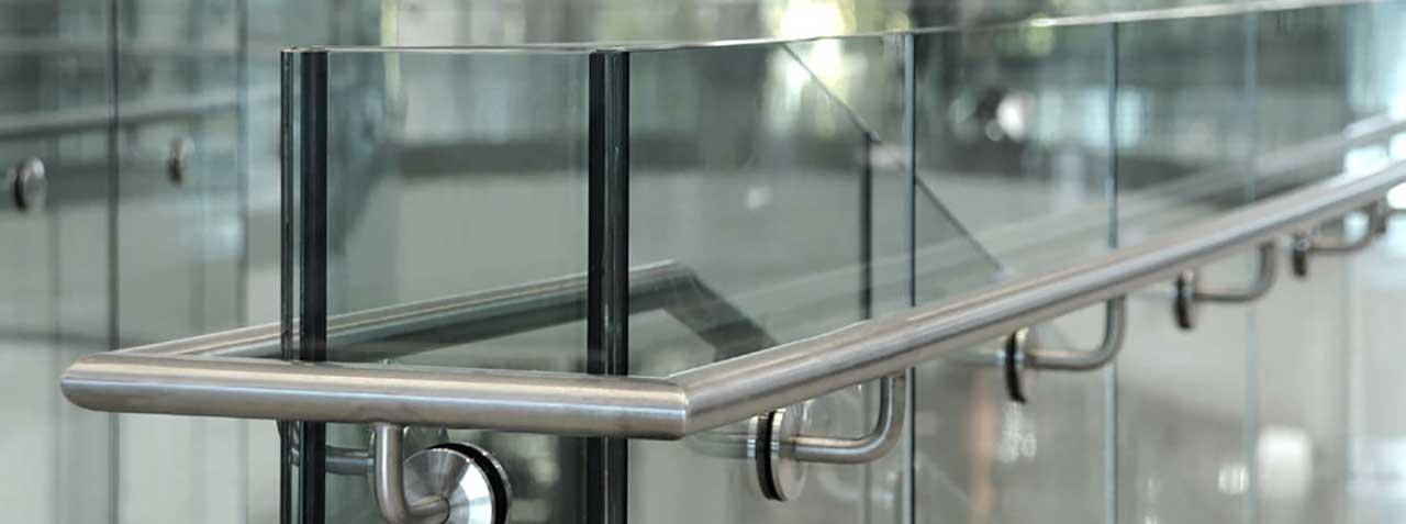 Ограждения из стекла и металла